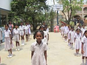 Chennain kristillisen koulun oppilaat aamurukouksessa