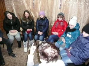 Vepsän Kurbassa, nuorten ryhmä keskustelee Joh.13:34